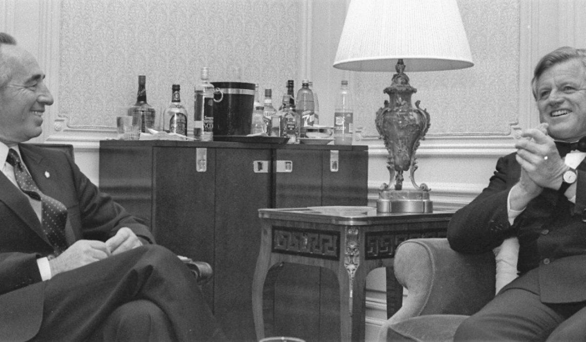 P.M. SHIMON PERES IN ANIMATED CONVERSATION WITH   SENATOR TEDDY KENNEDY AT THE PM'S HOTEL SUITE IN NEW YORK.  ôâéùú øàù äîîùìä ùîòåï ôøñ òí äñðèåø èãé ÷ðãé, áðéå éåø÷.
